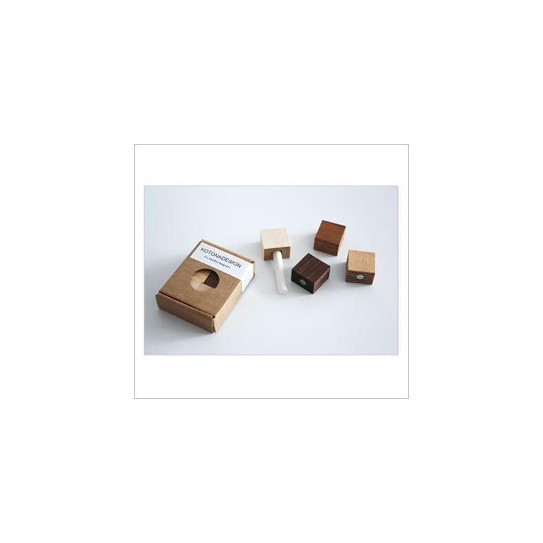 Magnets en bois par 4 pièces et une craie